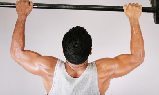 photodune-3043467-reaching-goal-strong-man-doing-pullups-on-a-bar-in-a-gym-xs