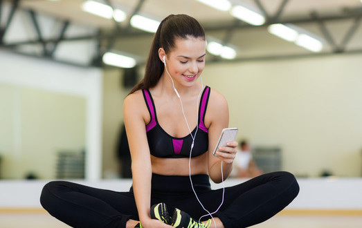 photodune-6251442-smiling-woman-stretching-on-mat-in-the-gym-xs