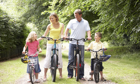 photodune-317127-family-riding-bikes-in-countryside-xs