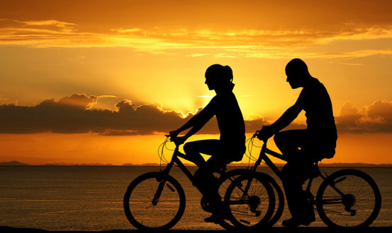photodune-7933225-couple-riding-bikes-xs