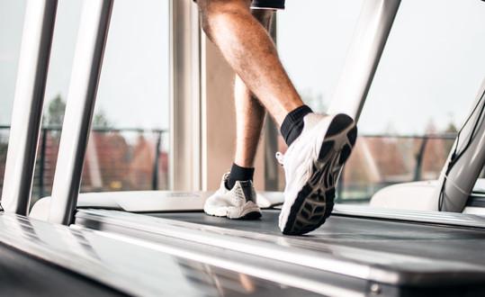 photodune-7122745-man-running-on-a-treadmill-xs