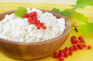 Fresh cottage cheese with red currant berries