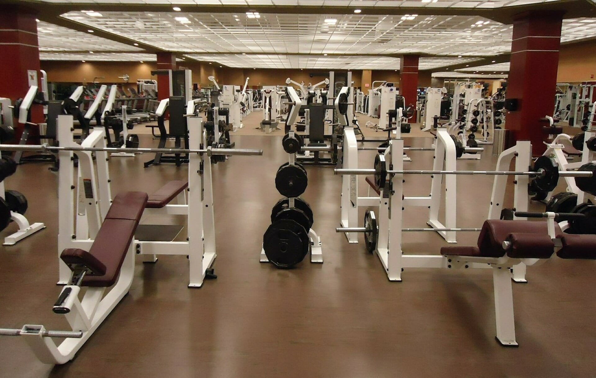 What is the minimum comfortable distance in the gym? fitness 19 gyms